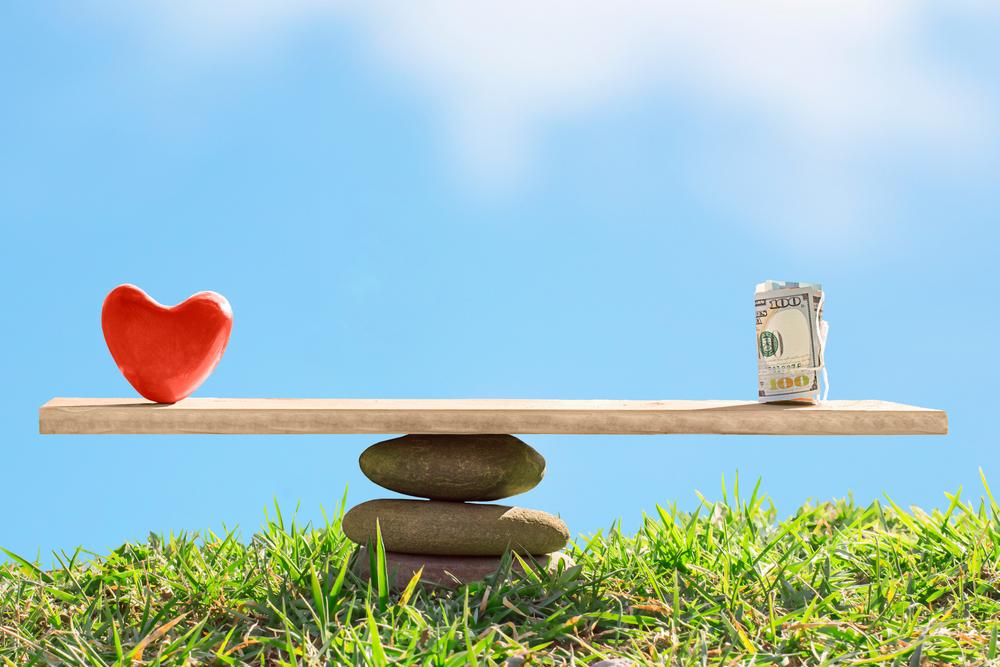 السعادة والمال.. علاقة عاطفية معقدة