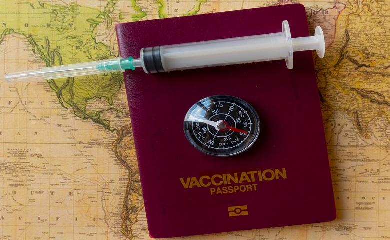التعامل مع «جوازات اللقاحات».. بحذر
